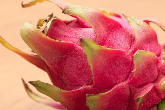 Świeża dojrzała skórka z owoców smoka (pitaya)