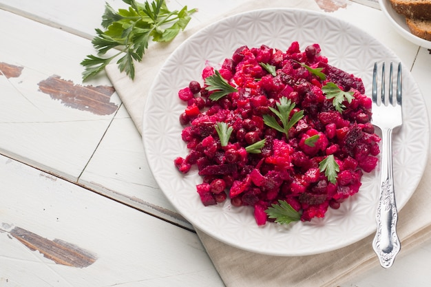 Świeża domowa sałatka z buraków vinaigrette w białej misce. tradycyjne rosyjskie jedzenie. skopiuj miejsce