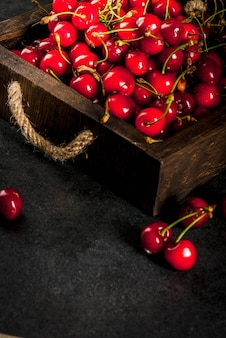 Świeża domowej roboty organicznie surowa wiśnia na czarnym kuchennym stole copyspace