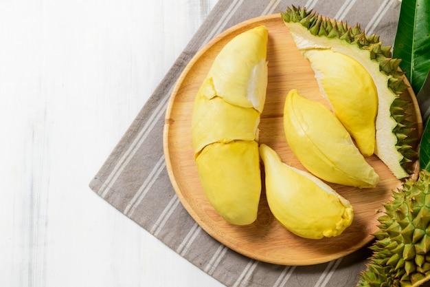 Świeża durian owoc na drewnianym talerzu
