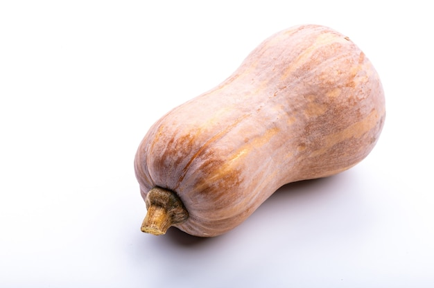 Świeża dynia piżmowa na białym tle, ekologiczna surowa żywność dla dobrej opieki zdrowotnej, składnik roślinny