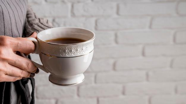 Świeża filiżanka herbaty z przestrzenią
