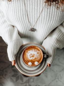 Świeża filiżanka kawy w kobiet palmach