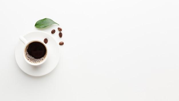 Świeża filiżanka kawy z urlopu i kopii przestrzenią