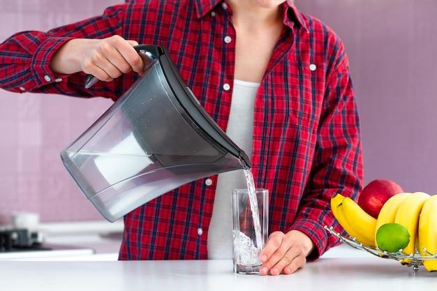 Świeża filtrowana woda z filtra wody do picia. oczyszczanie wody w domu