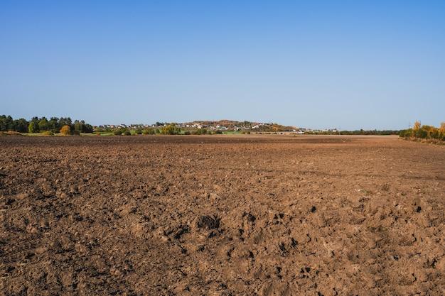 Świeża gleba, grunty orne i błękitne niebo