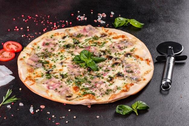 Świeża gorąca pizza z bekonem, cebulą, zieleniną i pomidorami w piekarniku. kuchnia włoska