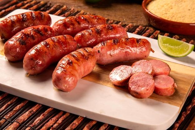 Świeża grillowana kiełbasa pepperoni. kiełbasa pepperoni z grilla na desce. widok z góry.