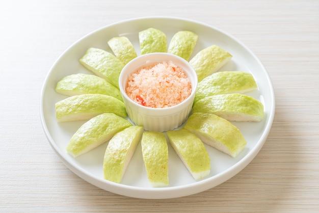 Świeża guawa w plasterkach z chili i solą