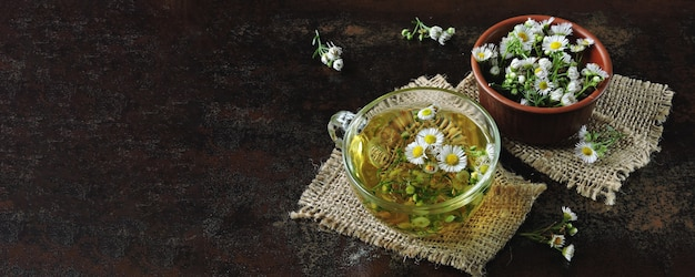 Świeża herbata rumiankowa. ziołowy napój detoksykacyjny. keto herbata keto dieta.