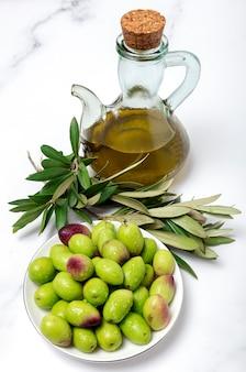 Świeża hiszpańska oliwa z oliwek z pierwszego tłoczenia z oliwkami