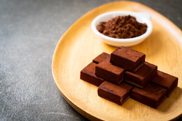 Świeża i miękka czekolada z kakao w proszku
