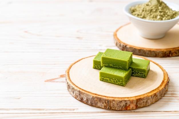 Świeża i miękka czekolada z zielonej herbaty matcha z dodatkiem zielonej herbaty matcha w proszku