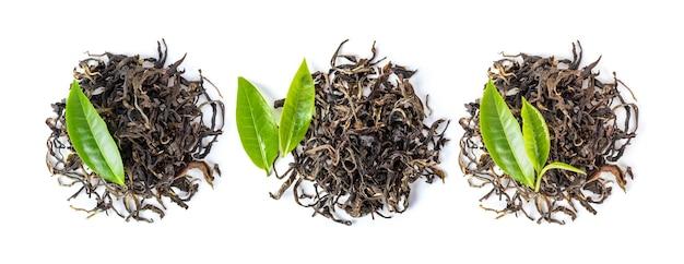 Świeża i sucha herbata na białym tle. widok z góry