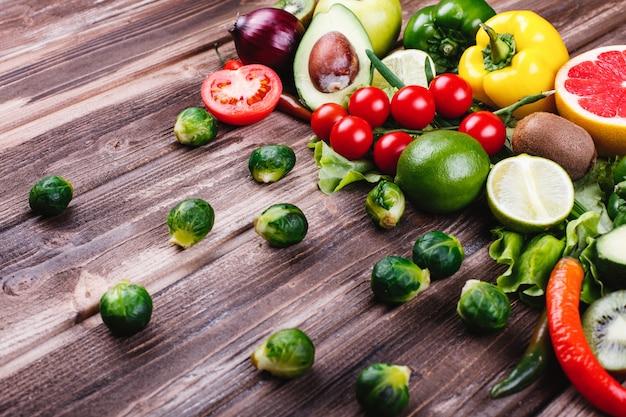 Świeża i zdrowa żywność. avocabo, brukselka, ogórki, czerwona, żółta i zielona papryka