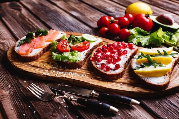 Świeża i zdrowa żywność. pomysły na przekąskę lub lunch. domowy chleb z serem, awokado