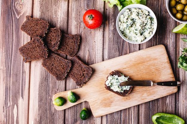Świeża i zdrowa żywność. pomysły na śniadanie, przekąski lub lunch. chleb z serem
