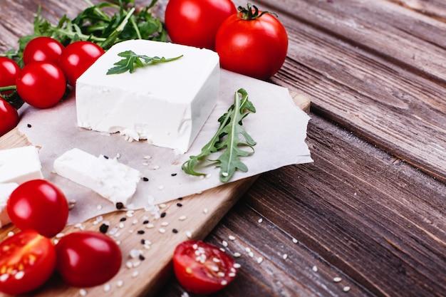 Świeża i zdrowa żywność. pyszna włoska kolacja. świeży ser słuzyć na drewnianej desce
