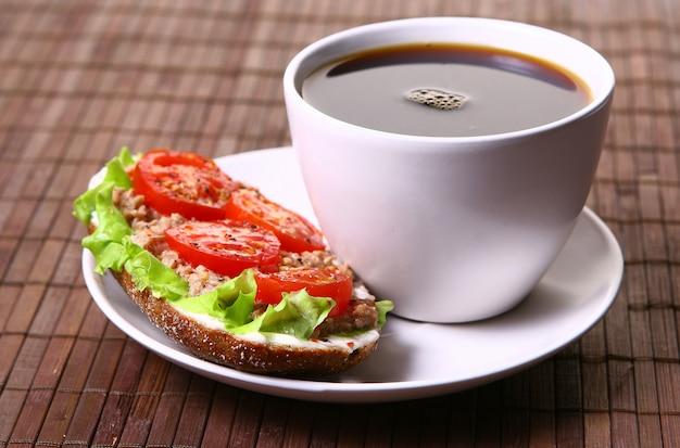 Świeża kanapka ze świeżymi warzywami i kawą