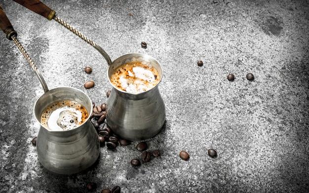 Świeża kawa u turków. na rustykalnym tle.