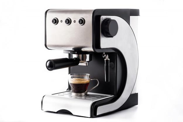 Świeża kawa w ekspres do kawy espresso na białym tle