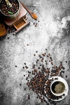Świeża kawa w filiżance. na rustykalnym tle.