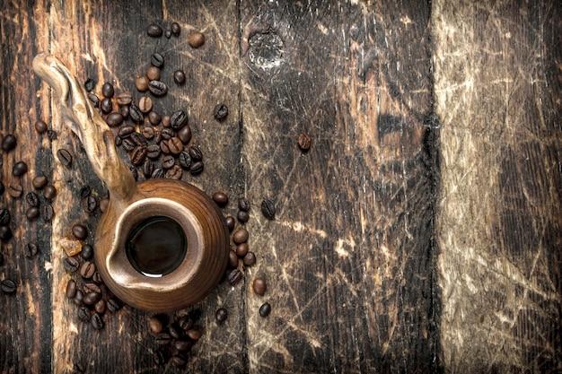 Świeża kawa w glinianym indyku