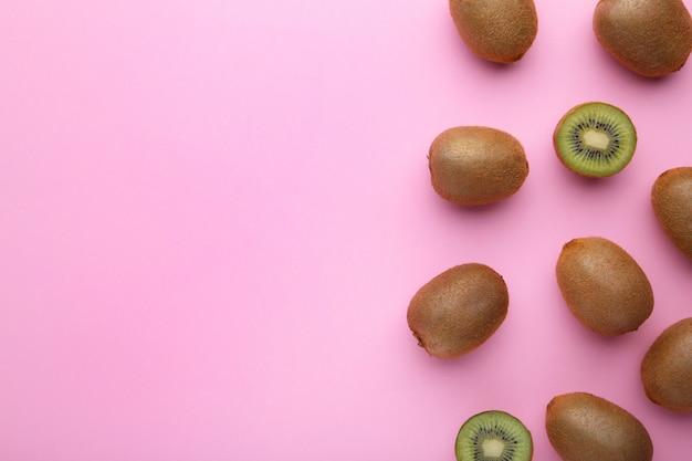 Świeża kiwi owoc na różowym drewnianym tle
