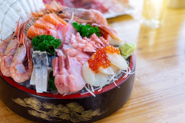 Świeża kombinacja sashimi z japonii azjatyckiej i pięknej?