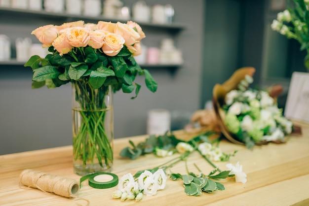 Świeża kompozycja bukietu róż w butiku kwiatowym, nikt. kwiatowy biznes, kwiaciarnia w sklepie