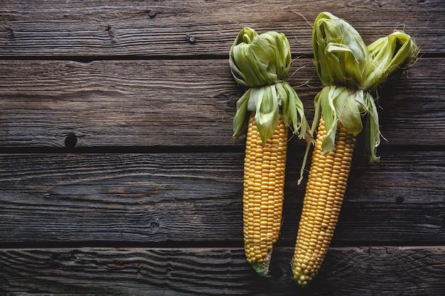 Świeża kukurydza na drewnianym stole