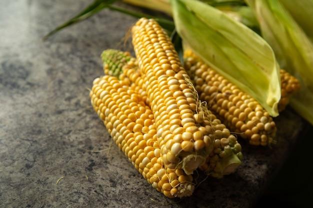 Świeża kukurydza na stole