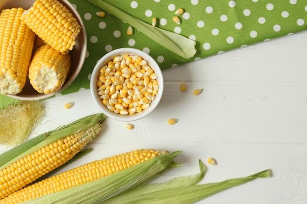 Świeża kukurydza zbliżenie na stole zbliżenie