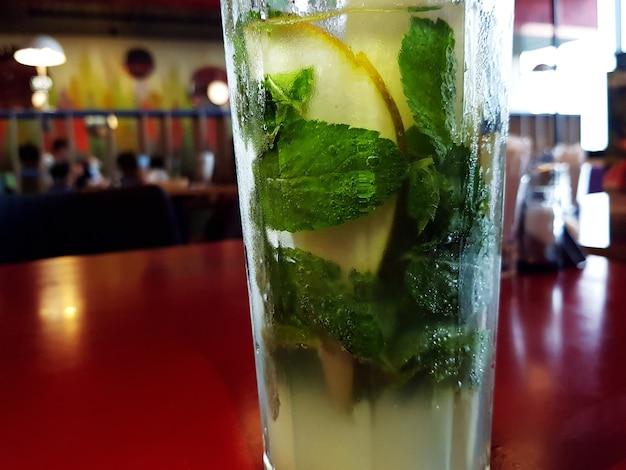 Świeża lemoniada. tropikalny koktajl z lodem i miętą