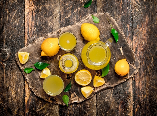 Świeża lemoniada z dojrzałych cytryn.