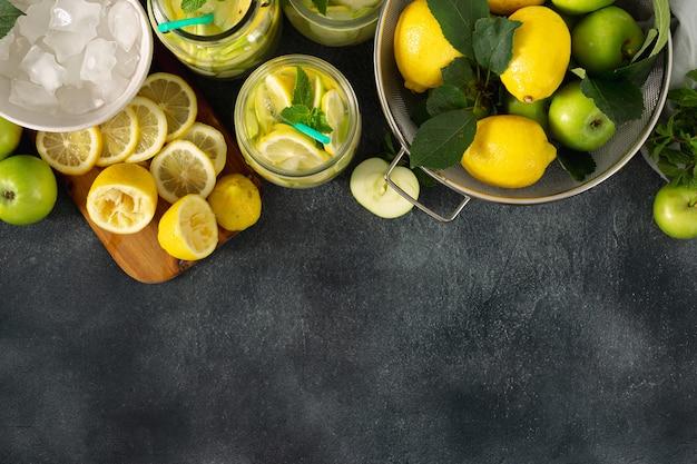 Świeża lemoniada z jabłkami i cytrynami