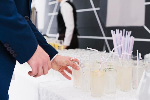 Świeża lemoniada z słomą przygotowywającą pić