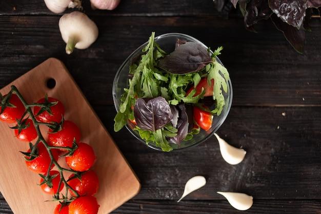 Świeża letnia sałatka z pomidorkami koktajlowymi, bazylią i rukolą