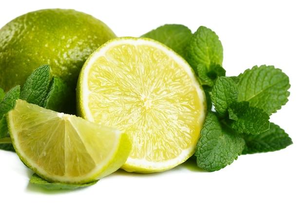 Świeża limonka i mięta. na białym tle.