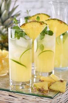 Świeża limonka i mięta w połączeniu ze świeżym sokiem ananasowym i tequilą. koktajle ananasowe zawsze mają jasny smak i aromat!