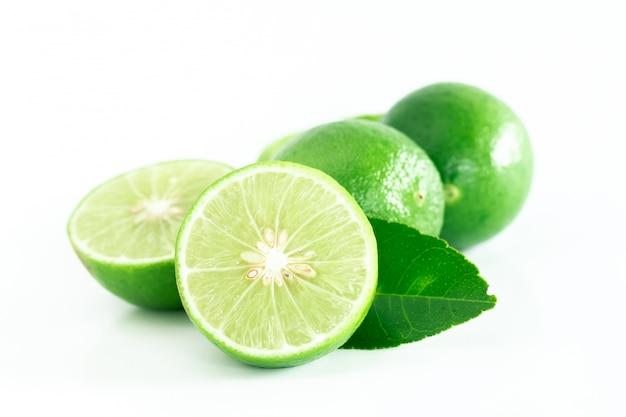 Świeża limonka na białym tle