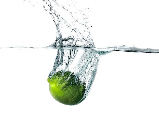 Świeża limonka wpadająca do wody