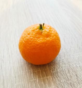 Świeża mandarynka na drewnianym stole