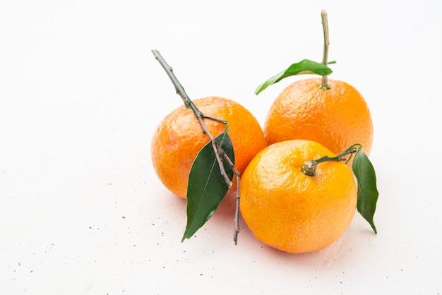 Świeża mandarynka z liśćmi z bliska