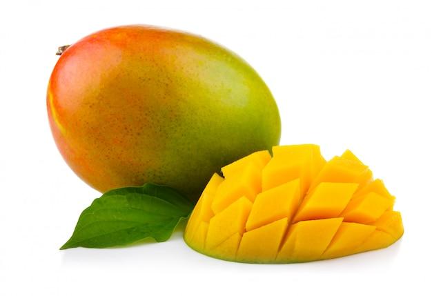 Świeża mangowa owoc z cięciem i zielonymi liśćmi odizolowywającymi