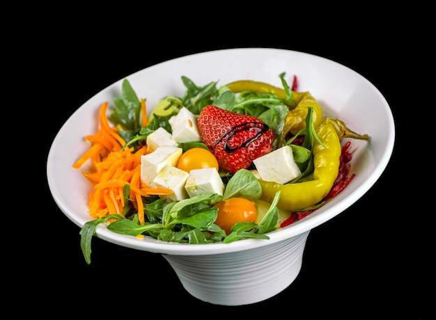 Świeża mieszanka sałat z serem i truskawkami, zielona papryka, jalapeo, rucula. marchew i buraki.