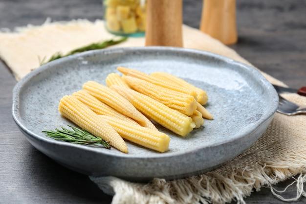 Świeża młoda kukurydza na talerzu