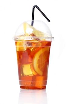 Świeża mrożona herbata w plastikowym szkle