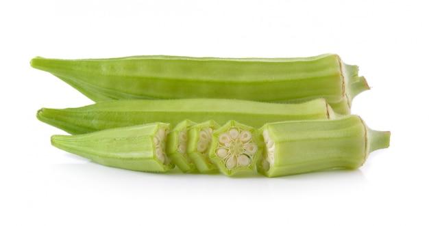 Świeża okra lub zielony roselle odizolowywający