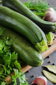 Świeża organiczna cukinia, czosnek i natka pietruszki, zioła i przyprawy.